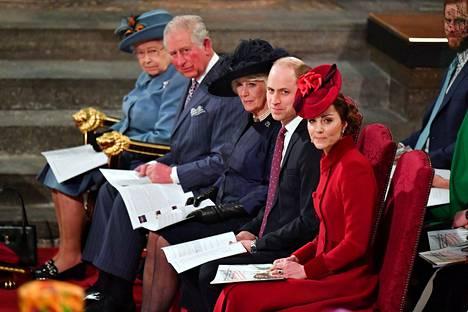 Koko kuninkaallinen perhe kokoontui 9. maaliskuuta samaan jumalanpalvelukseen. kaksi viikkoa myöhemmin prinssi Charlesilla todettiin koronavirus.