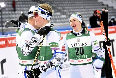 Hannu Manninen (vas.), Leevi Mutru ja Ilkka Herola iloitsivat suomalaisittain onnistuneen maailmancupin kisan jälkeen.