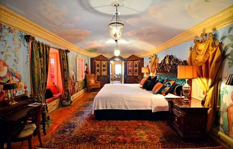 Empire-sviitti oli Versacen rakastajan huone. Versace itse nukkui viereisessä The Villa -sviitissä, josta oli kulku Empire-sviittiin.