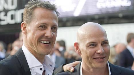 Michael Schumacher ja Jacques Villeneuve yhteiskuvassa 2012.
