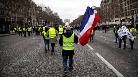 Keltaliivit marssivat jälleen lauantaina Pariisin keskustassa.