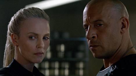 Fast & Furious -sarjan kahdeksannessa osassa sankari ja autotiimin pomo Dom Toretto (Vin Diesel) kiristetään loikkaamaan superhakkeri Cipherin (Charlize Theron) puolelle.