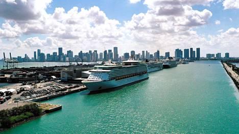 Risteilyalus  Explorer of the Seas Miamin satamassa toukokuussa.