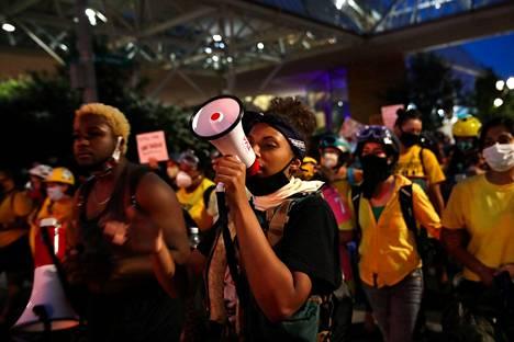 Teal Lindseth megafonin varressa Portlandin mielenosoituksessa.