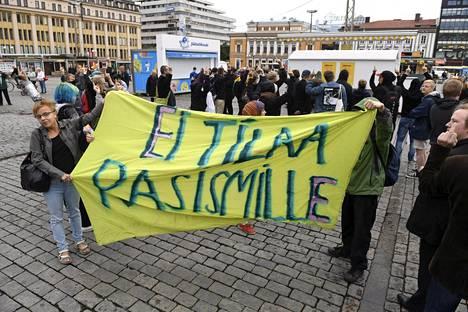 Myös joukko rasimia vastustavia mielenosoittajia oli kokoontunut Turun kauppatorille.