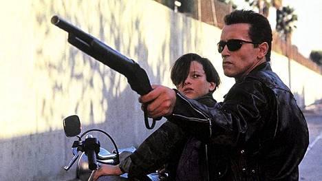 Edward Furlong ja Arnold Schwarzenegger Terminator 2 - Tuomion päivässä.