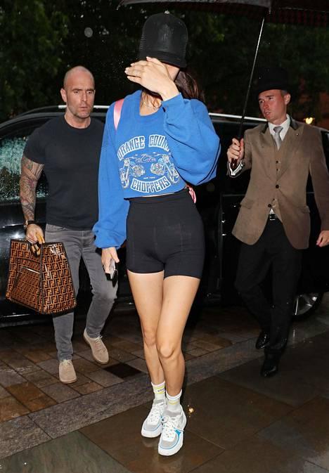Bella Hadid käyttää pyöräilyshortseja housuina.
