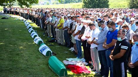 Ihmiset rukoilevat hautausmaan vierellä Potocarissa, Srebrenican lähellä.