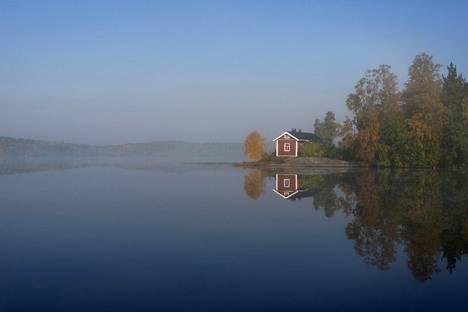 Syksyn järvisumua ja ruskaa Ruoveden Rataselällä.
