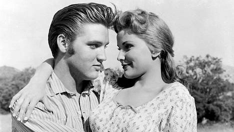 Lännenmelodraamassa Rakasta minua hellästi Elvis Presley näyttelee Clintiä, joka menee naimisiin kadonneeksi luullun vanhimman veljensä rakastetun Cathyn (Debra Paget) kanssa.
