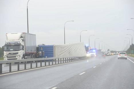 Moottoritielle kaatunut raskas ajoneuvo katkaisi etelään päin menevän liikenteen Limingassa.