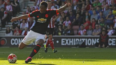 Anthony Martial ampuu ManUn 1–0-johtomaalin Southamptonin verkkoon.