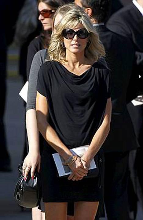Miljonääri Donald Trumpin ex-vaimona mm. tunnettu Marla Maples nähtiin Farrah Fawcettin hautajaisissa tiistaina.