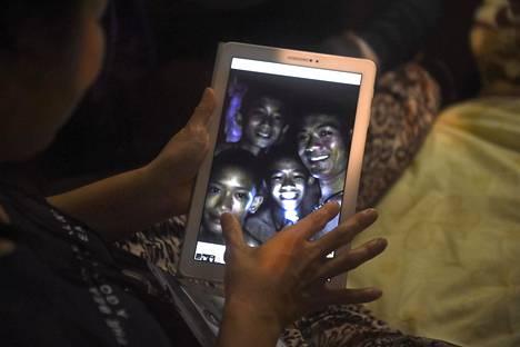 Läheiset saivat nähdä ensimmäisen kuvan pojista yhdeksän päivää katoamisen jälkeen.