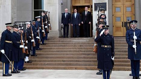 Antti Kaikkonen (oik) tapasi tiistaina Washingtonissa Yhdysvaltain puolustusministeri Mark Esperin (keskellä) ja Ruotsin kollegan Peter Hultqvistin (vas).