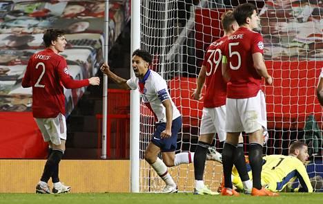 Marquinhos ohjasi kulman jälkitilanteesta ottelun voittomaalin ManU-puolustuksen ihmetellessä.