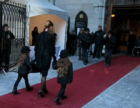 Céline Dion kävelee kirkkoon yhdessä 5-vuotiaiden Eddyn ja Nelsonin kanssa.