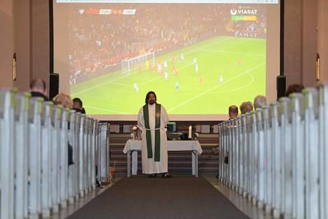 Paavalinkirkossakin katsottiin jalkapalloa. Kuvassa seurakunnan kirkkoherra Kari Kanala.