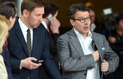 RKP:n Carl Haglund, Vasemmistoliiton Paavo Arhinmäki ja Vihreiden Ville Niinistö eduskuntavaalien tulosillassa Pikkuparlamentissa.