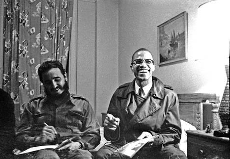 Malcolm X oli pitkään Nation of Islamin keulahahmoja. New Yorkissa vuonna 1960 otetussa kuvassa hän nauraa Kuuban Fidel Castron kanssa.