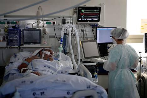 Suomessa sairaan- ja tehohoito ovat olleet tehokkaita eivätkä ole olleet liiaksi kuormittuneita. Kuvassa portugalilainen covid-potilas lissabonilaisen sairaalan teho-osastolla.