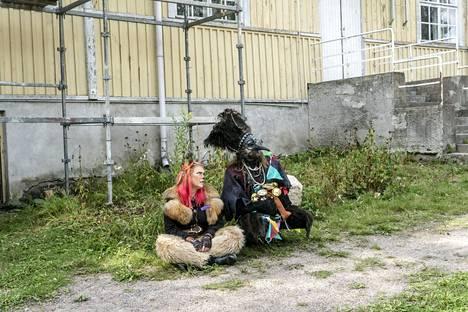 Fauni Faufau ja Harrakka ovat Velhokoulu-larpin taikaolentoja.