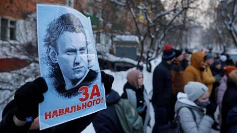 """Kyltissä luki """"Navalnyille"""", kun ihmiset kokoontuivat Moskovan ulkopuolella sijaitsevan poliisilaitoksen luo maanantaina. Navalnyi pidätettiin maanantaina hänen saavuttuaan Venäjälle Saksasta. Pitkin Venäjää on tänään lauantaina odotettavissa oppositiojohtajan tukiprotesteja."""