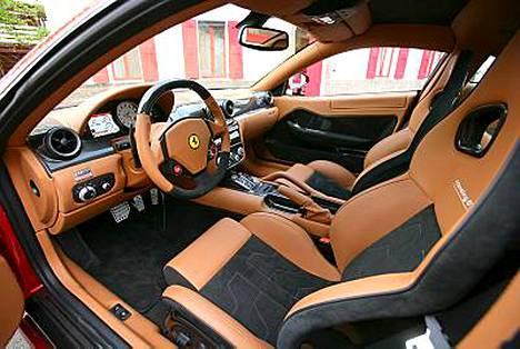 Tältä näyttää Ferrari 599 GTB Fiorano sisältä. Kyllä Samin kelpaa ajella.