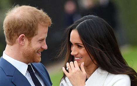 Prinssi Harry ja kihlattu Meghan Markle poseerasivat kuvaajille Lontoossa 27. marraskuuta 2017.