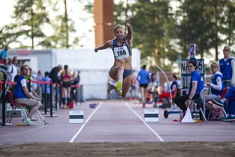 Kristiina Mäkelä kilpaili juhannuksen alla Jyväskylässä vielä hiukan toipilaana. Silloin hyppy kantoi vaatimattoman tuloksen 13,56.