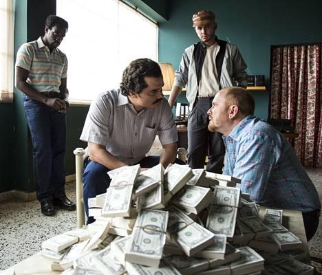 Kuva Netflixin Narcos-sarjasta. Pablo Escobar tienasi huumekaupallaan valtavia summia rahaa.