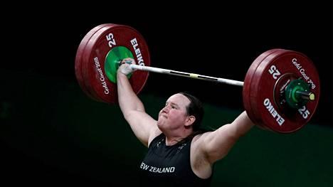 Laurel Hubbard kuuluu Tokiossa naisten yli 87-kiloisten sarjan mitalisuosikkeihin.