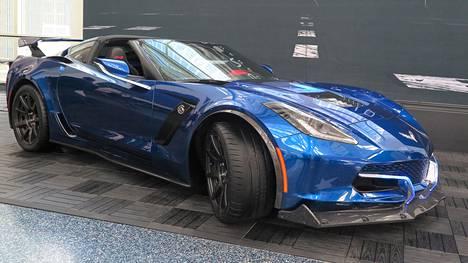 Muutamia muotoilun yksityiskohtia ja runsasta hiilikuidun käyttöä lukuun ottamatta Genovation GXE on aivan kuin Chevrolet Corvette. Perää hallitsevat jättimäinen takaspoileri ja lokasuojiin saakka ulottuva diffuusori.