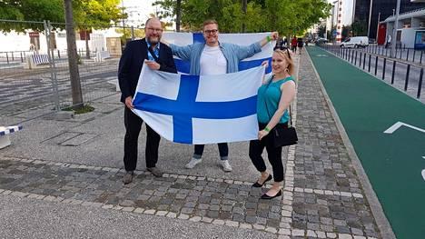 Kuvassa euroviisuasiantuntija Tony Latva (vas.) sekä viisufanit Anssi Hänninen ja Tony Latvan vaimo Eeva Latva.