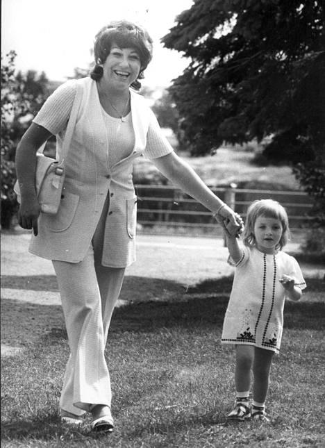 Laila Kinnunen ja tytär Milana vuonna 1973.