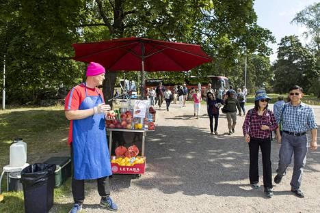 Sibelius-monumentin luona myydään tilpehöörin lisäksi esimerkiksi hedelmiä.