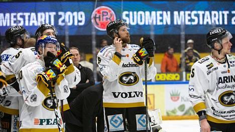 Kärppien Aleksi Heponiemi (vas.) istui väärin tuomittua jäähyä HPK:n voittomaalin aikana.