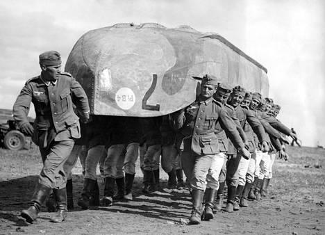 Saksalaiset kokosivat Merileijonaa varten suuret määrät materiaalia ja myös harjoittelivat operaatiota varten. Maihinnousukalusto oli kuitenkin suurelta osin sopimatonta Kanaalin ylitykseen.