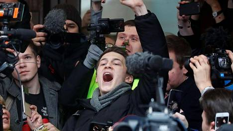 Jegor Tshukov oikeustalon ulkopuolella Moskovassa 6. joulukuuta 2019.