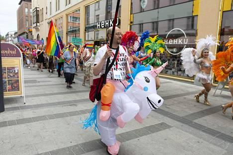 Schroderuksen somepäivityksessä Pride-kulkuetta kuvailtiin friikkisirkukseksi.