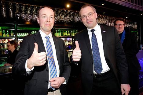 Puoluehajaannuksen merkit näkyivät jo maaliskuussa 2017. Näin Jussi Halla-aho ja Jussi Niinistö poseerasivat kunnallisvaali-iltana 9. huhtikuuta 2017.