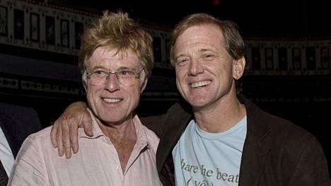 Robert Redford (vas.) poseerasi poikansa Jamesin (oik.) kanssa vuonna 2008.
