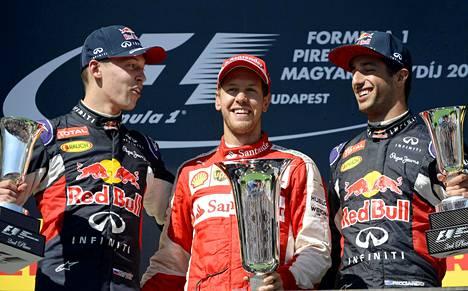 Daniil Kvjat, Sebastian Vettel ja Daniel Ricciardo palkintopallilla Unkarissa 2015.