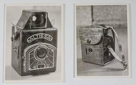 Mustan, Atissa-merkkisen kameran Riitta saa matkalle lainaksi veljeltään Veikolta. Murhaaja vie kameran ja sen taltioimat muistot.
