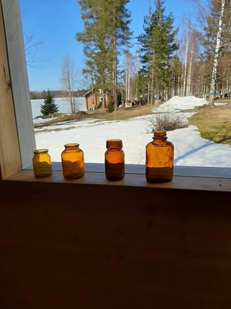 Vanhat lääkepurkit löysivät paikkansa ikkunalaudalta.