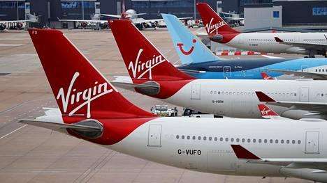 Virgin Atlanticin koneita lentokentällä Manchesterissa. Välissä TUI:n kone.
