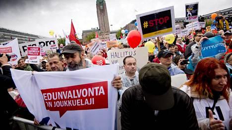 Mielenosoittajia STOP - Palkansaajien mielenilmauksessa Helsingin rautatientorilla perjantaina 18. syyskuuta 2015.