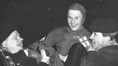 Toivo Salosta juhlitaan yleisluistelijoiden MM-kisoissa Helsingissä 1953, kun Salonen otti matkavoiton 500 metrillä.