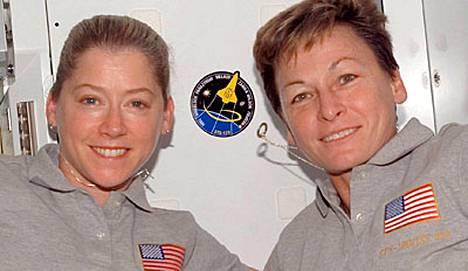 Pam Melroyn (vas.) komentama Discovery-sukkula toimitti Peggy Whitsonin alaisuudessa toimivalle ISS-avaruusasemalle uuden moduulin.