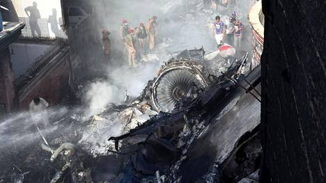 Pelastustyöntekijät onnettomuuspaikalla Karachissa.